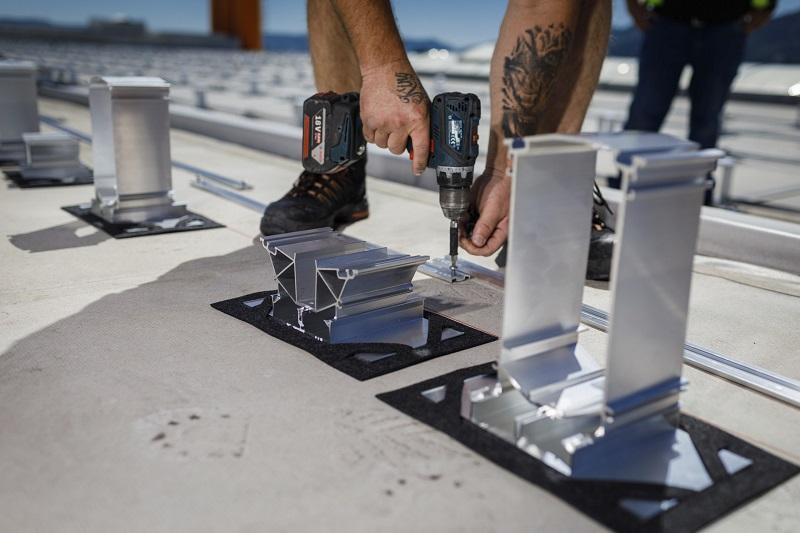 Zu sehen sind die Stützen des Photovoltaik-Montagesystems MSP von Schweizer, die gerade installiert werden.
