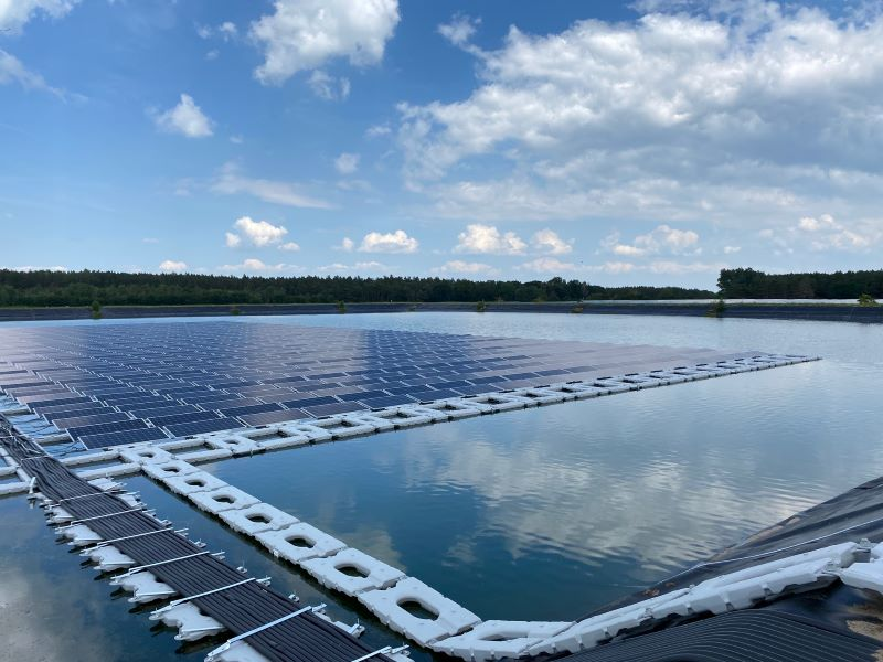 Eine schwimmende PV-Anlage auf einem See.