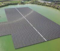 Zu sehen ist die Floating-PV-Anlage Uivermeertjes von Baywa re, mit 29,8 MW Solarstrom-Leistung eine der größten schwimmenden Photovoltaik-Anlagen der Welt.