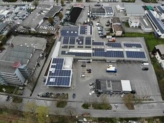 Zu sehen ist die größte Photovoltaik-Anlage Tübingens in einer Luftaufnahme, die die auf unterschiedliche Dächer verteilte Anlage zeigt.