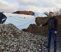 Horst Seide zeigt Zuckerrübenreste auf seinem Hof.