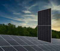 Zu sehen ist das Halbzellen-PV-Modul NU-JD540 von Sharp, das in Photovoltaik-Solarparks zum Einsatz kommen soll.