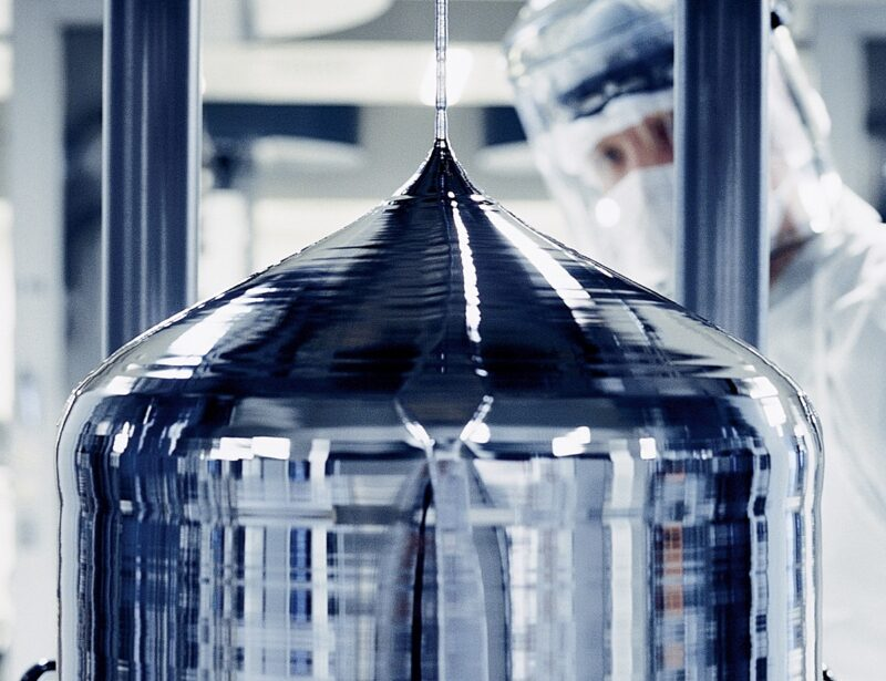 Das Bild zeigt die Herstellungen eines Silizium-Ingots.