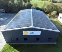 Das Dach eines Gewerbegebäudes ist mit PV_Modulen bestückt.