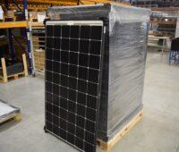 Zui sehen ist eine Palette mit Photovotaik-Modulen bei Solar Auctions.