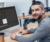 Zu sehen ist ein Mann vor einem Computer-Bildschirm, der das Onlineportal Solar-Log WEB Enerest 4 aufgerufen hat.