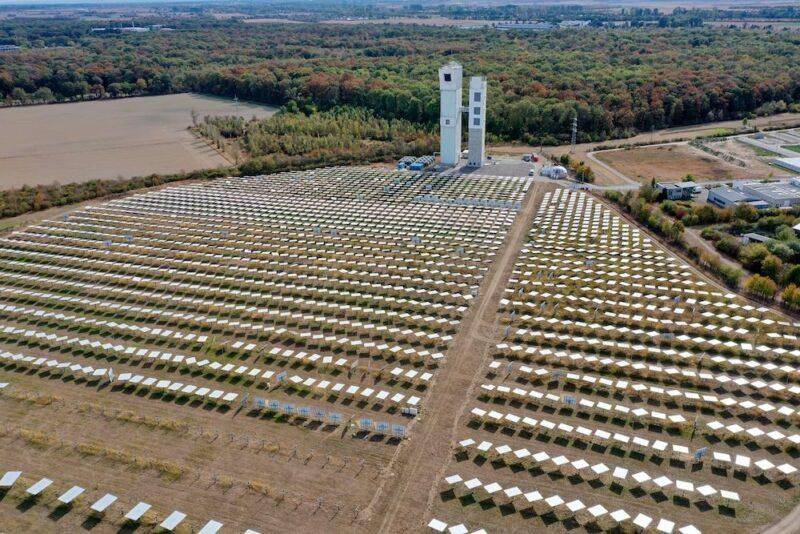 Luftbild des Solarturms in Jülich mit Heliostatenfeld