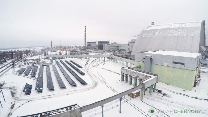 Photovoltaik neben Atomkraftwerk im Schnee