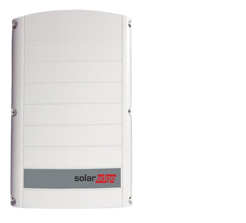 Zu sehen ist ein neuer Dreiphasen-Wechselrichter für Photovoltaik-Gewerbeanlagen von SolarEdge.