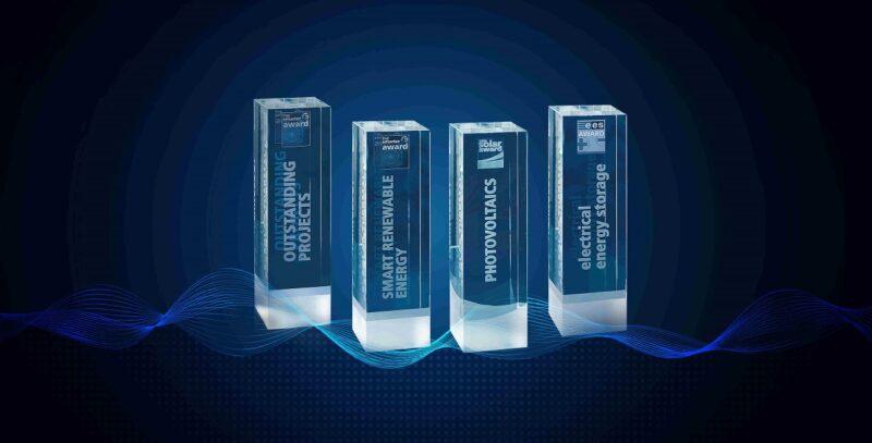 Zu sehen sind die Awards für die Innovationspreise der The smarter E Europe 2020 Messen.