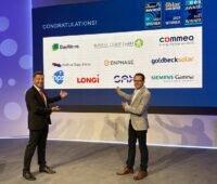 Zu sehen ist Solar Promotion Geschäftsführer Markus Elsässer, der gemeinsam mit einem Moderator die Gewinner vom The smarter E Award 2021 präsentiert.
