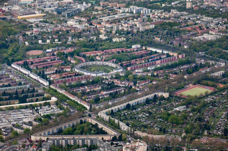 Zu sehen ist ein Luftbild von Neukölln. Im Rollbergkiez entsteht ein Quartier mit Solaranlagen und Saisonnalspeicher.