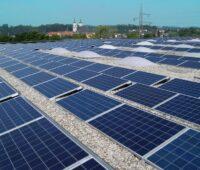 Zu sehen sind die PV-Module auf dem Firmendach von Solarfocus.