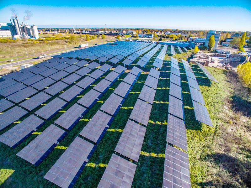 Luftbild einer Freiflächen-Photovoltaikanlage in der Energie-Kommune Magdeburg