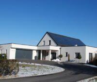 Einfamilienhaus mit Solarwärmedach als Beispiel eines Solarhauses in Österreich.