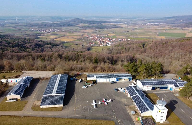 Zu sehen ist die Photovoltaik-Anlage vom Flugplatz Burg Feuerstein aus der Luft.