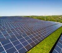 Photovoltaik-Anlage auf grüner Wiese