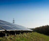 Ein Solarpark auf einer begrünten Deponie.