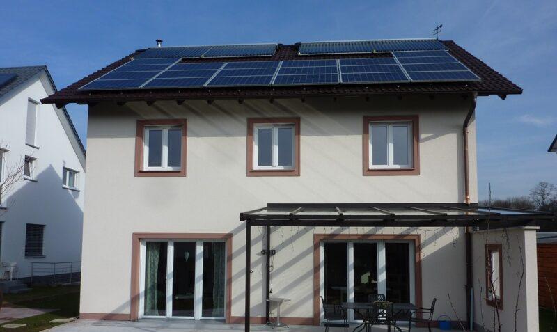 Zu sehen ist ein Hausdach mit Photovoltaik und Solarthermie. Die Solarpflicht in Bremen zielt in erster Linie auf Photovoltaik ab.