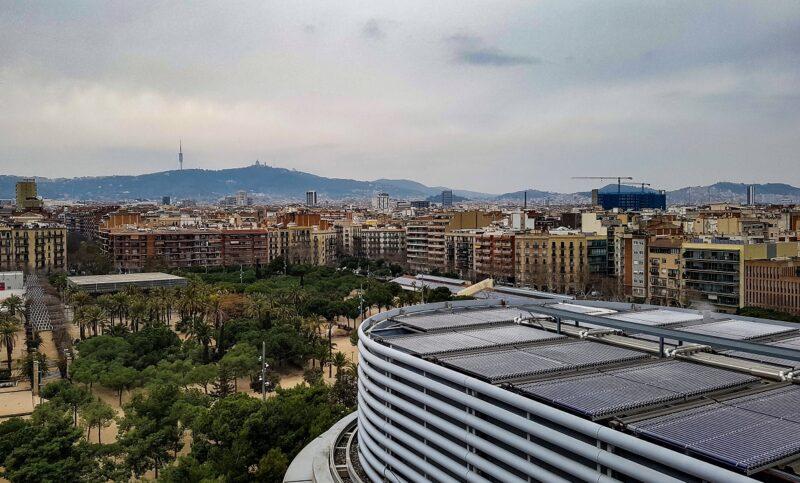 Zu sehen ist eine Vakuumröhren-Solarthermieanlage auf einem Dach in Barcelona, wo es eine Solarpflicht gibt.