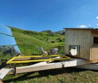 Solarkollektoren bündeln Licht auf Steine einer Außensauna.