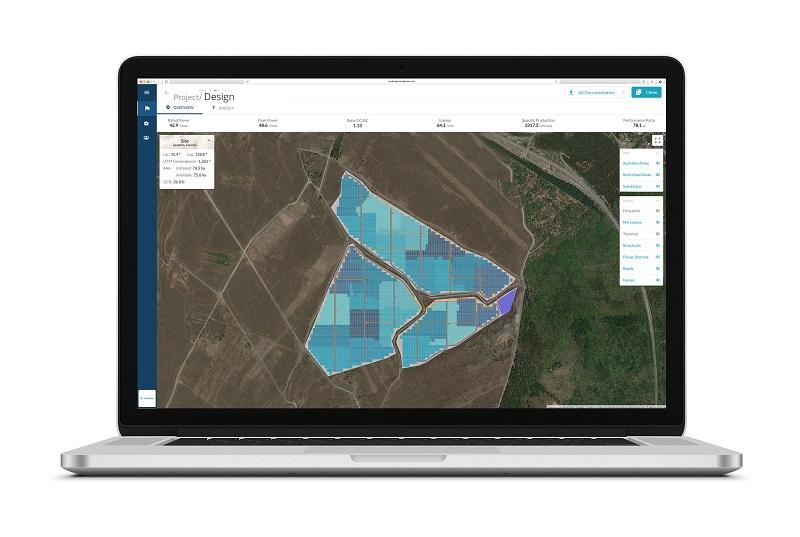 Zu sehen ist ein Laptop-Bildschirm, der das Ergebnis einer Planung mit der Auslegungssoftware für Photovoltaik-Freiflächenanlagen pvDesign 3.0 zeigt.