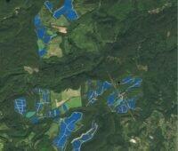 Zu sehen ist eine Animation, die die Verteilung der Photovoltaik-Module in der Hügellandschaft zeigt, die den Solarstrom für Fukushima produzieren sollen.
