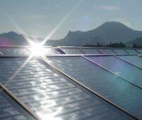 Große solarthermische Kollektoren vor österreichischen Bergen