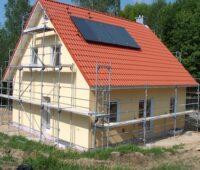 Haus eingerüstet, Baustelle, mit Solarthermie-Anlage