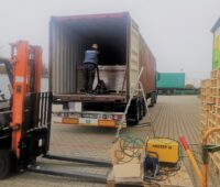Zu sehen ist die Verladung der Vakuumröhrenkollektoren beim Kollektorhersteller Akotec.