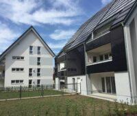 Zu sehen sind die beiden Solarhäuser mit Pauschalmiete, die mit Solarthermie und Photovoltaik möglich wird.
