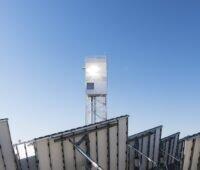 Zu sehen ist ein Solarturm-Kraftwerk. Mit einem solchen Kraftwerk kann man mit konzentrierender Solarthermie die Prozesswärme für die Herstellung von Solartreibstoff erzeugen.