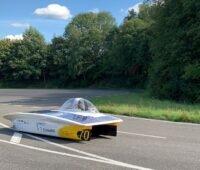 Ein solarer Rennwagen auf der Strecke.