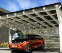 Zu sehen ist ein Solar-Carport, denn E-Auto-Fahrer sind echte Photovoltaik-Fans.