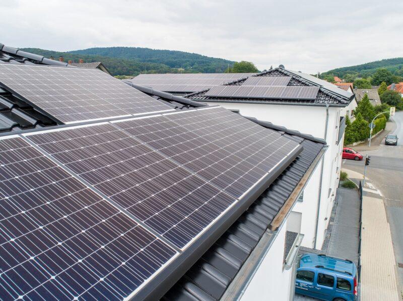 Zu sehen ist ein Hausdach mit Solarwatt-Modulen, die sich als unempfindlich gegenüber dem Phänomen LeTID erwiesen habnen.