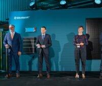 Vier Personen drücken einen Knopf zur Eröffnung einer Produktion.