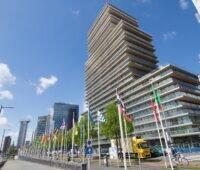"""Zu sehen ist der Rotterdamer Wolkenkratzer """"The Terraced Tower"""", der Glas-Glas-Module von Solarwatt auf dem Dach und an der Fassade erhalten hat."""