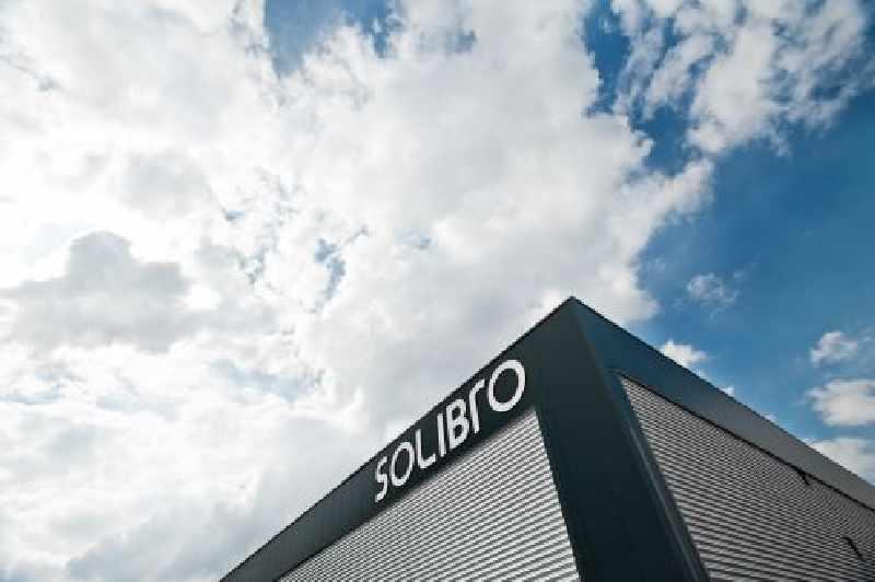 Gebäudeecke unter blauem Himmel mit Firmenschriftzug Solibro