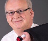 Zu sehen ist der Karl Heinz Simon, Bürgermeister der Verbandsgemeinde Zell an der Mosel, der den Solidarpakt erläutert.
