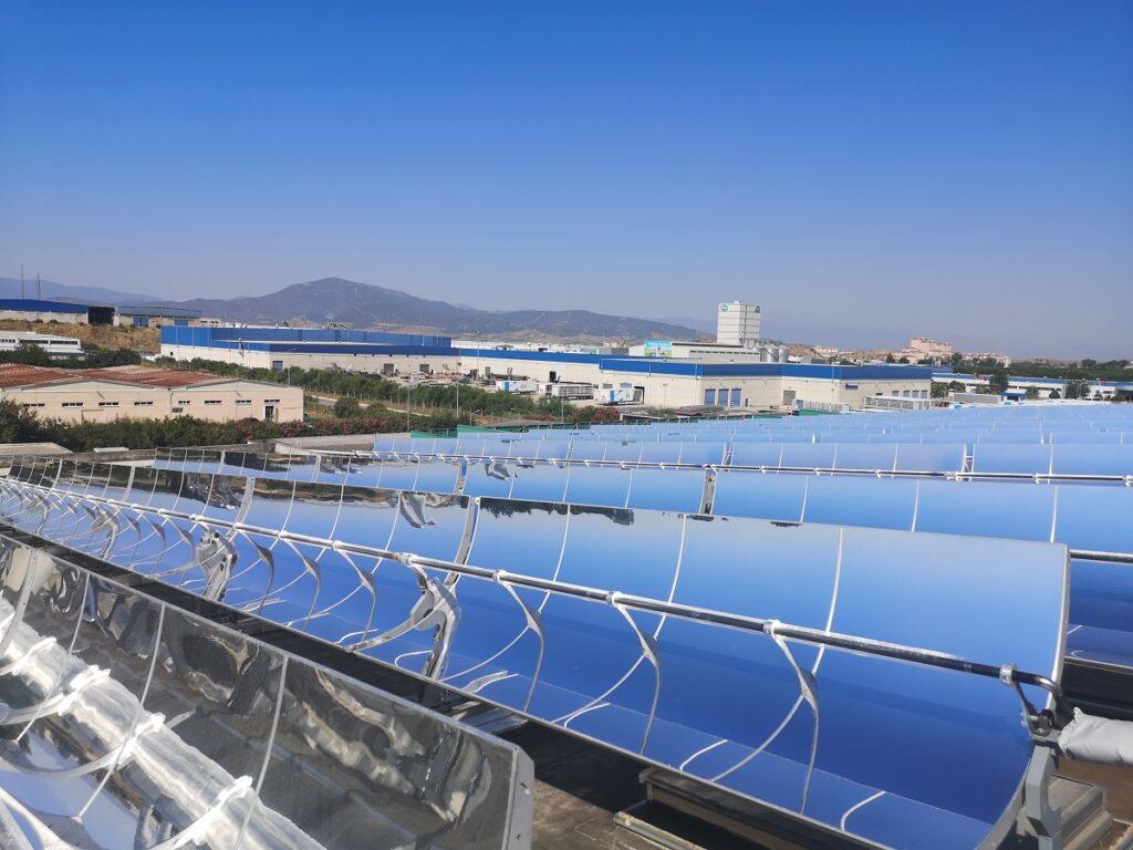 Zu sehen sind konzentrierende Solarthermie Kollektoren in der Bauart von Parabolrinnen-Kollektoren.