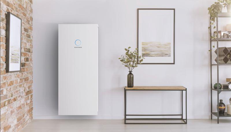 Ein Produktbild eines ästhetisch in den Wohnraum integrierten Stromspeichers