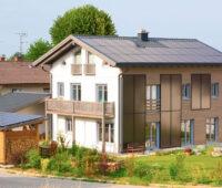 Sonnenhaus mit großen Solarthermieanlagen auf dem Dach und an der Fassade