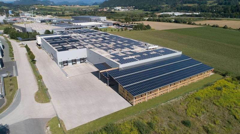 Zu sehen ist das Firmengelände von Sonnenkraft mit der neuen, mit Photovoltaik überdachten Lagerfläche.
