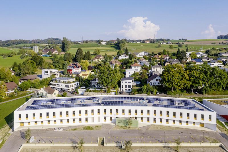 Ein Neubau mit PV-Modulen auf dem Dach