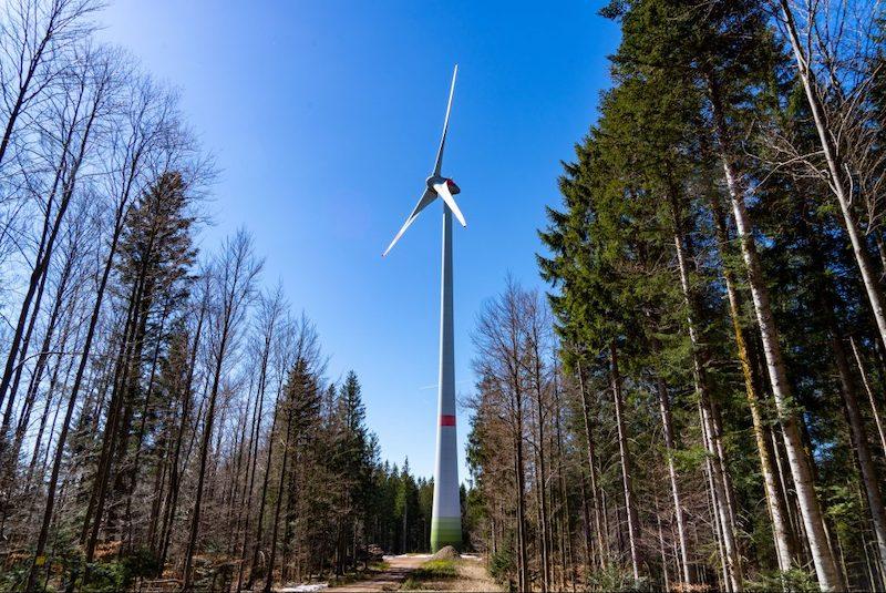 Baden-Würrtemberg will mit Klimaschutzgesetz Windenergie stärken. Hier ein Windrad im Schwarzwald.
