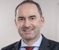 Zu sehen ist ein Porträt von Bayerns Energieminister Hubert Aiwanger, der das Kontingent für Photovoltaik-Freiflächenanlagen in Bayern vergrößert hat.