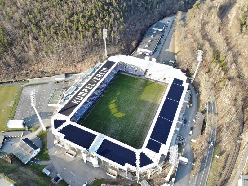 Luftaufnahme eines Fußballstadions mit Solardach.