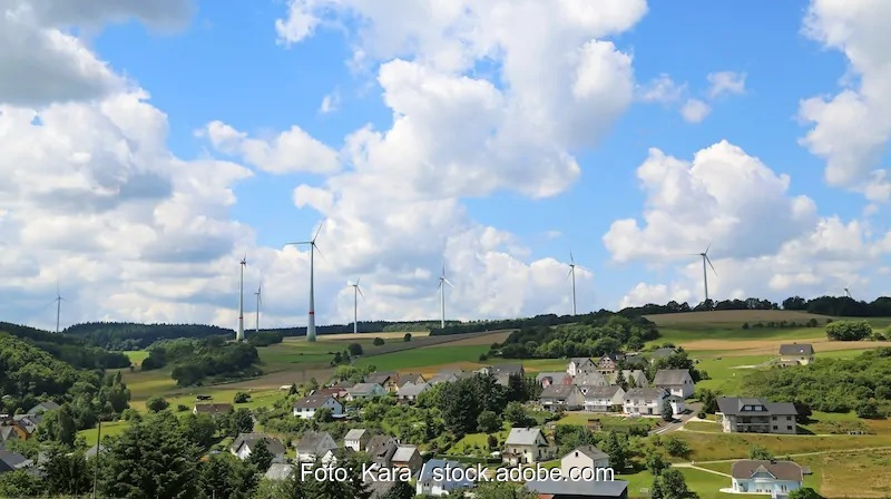 Zu sehen ist eine Windenergieanlage an Land. Der Deutsche Städte- und Gemeindebund will an den Einnahmen aus Windenergie stärker beteiligt werden als bisher.