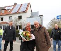 Zu sehen sind die Anlagenbetreiber Hanne und Dr. Bernd Rist mit Firmenvertretern vor ihrem Haus, das mit dem Solarpaket 20plus der Städtischen Werke Kassel umgerüstet wurde.