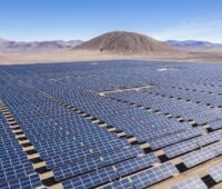 Zu sehen ist ein Photovoltaik-Solarkraftwerk in der Atacama-Wüste, die Stäubli Photovoltaik-Steckverbinder enthält.